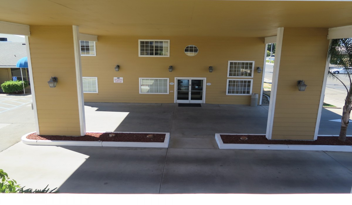 Bonanza Inn Yuba City - Lobby under portico at Bonanza inn