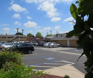 Bonanza Inn Yuba City - Parking is free and ample